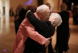 Слепой дедушка копил пенсию, чтобы сделать подарок своей жене. И от такого презента все льют слёзы