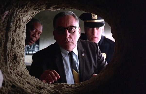 """Люди вернулись из отпуска и обнаружили у себя в стене трубу. Но это не """"Побег из Шоушенка"""", а соседи и ремонт"""
