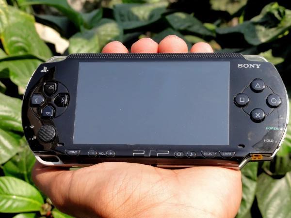 Владельцы PSP сдули пыль со своих консолей и забили тревогу в Сети. Ведь с годами они превратились в бомбы
