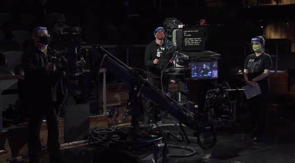 Маски, тесты, гнетущая тишина - Джимми Фэллон вернулся в студию вечернего шоу. И спел там самую неловкую песню