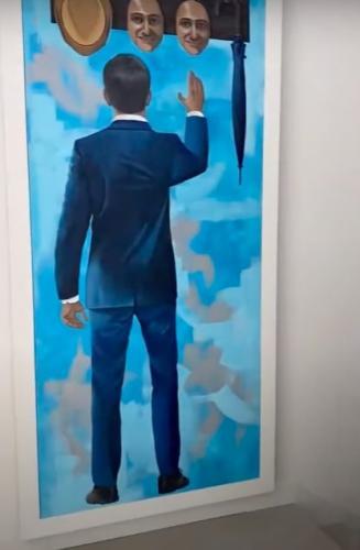 Парень любовался картиной в доме клиента, а за ней нашёл нечто большее. Это был тайный ход в мир богатых людей