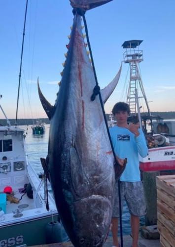 Подростки семь часов потратили на рыбалку, а поймали всего одну рыбу. Зато какую - ей не конкурент даже язь