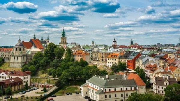Это город, деревня, или сбой матрицы? Нет, это польская аномалия, где между многоэтажками ездят комбайны