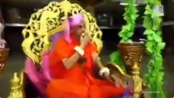 Священник одарял людей своей божественной слюной, а те её охотно ели. Но лучше бы пили кислоту из пасти Чужого