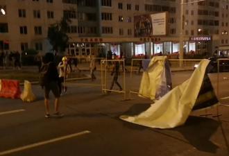В Минске прошёл второй день протестов, и было жёстко. С гранатами, коктейлями Молотова и баррикадами