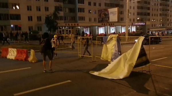 Баррикады, коктейли Молотова, раненые и погибший. В Минске прошёл второй день протестов, и было жёстко