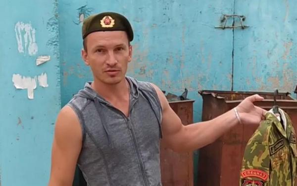 Экс-военные Беларуси сжигают и выбрасывают форму. Это протест-флешмоб, и люди им очень благодарны