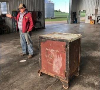 """Фермер нашёл старый сейф с запиской, но его не открыть. """"Это к лучшему"""", решили те, кто уже знает, что внутри"""