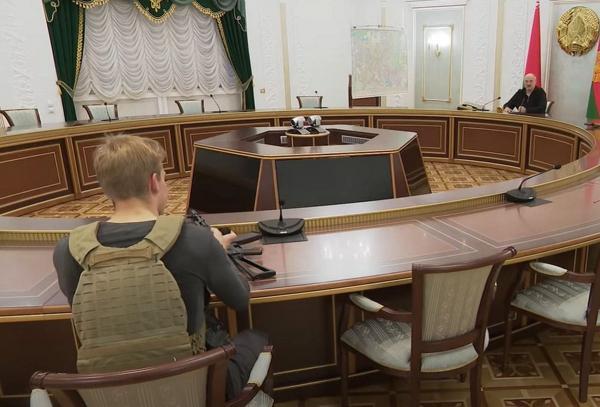 Коля Лукашенко взял автомат, и вышло как в боевике. Но от перекрёстного огня из мемов его не спас и бронежилет