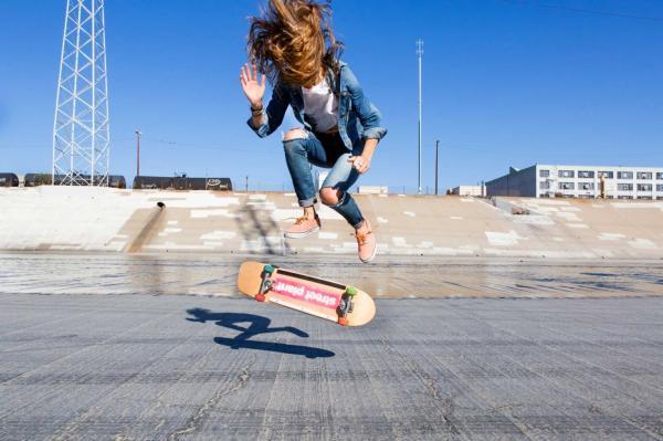 Девушка сделала первый трюк на скейте и закричала от радости. Да так, что отголоски из Сети услышал Тони Хоук