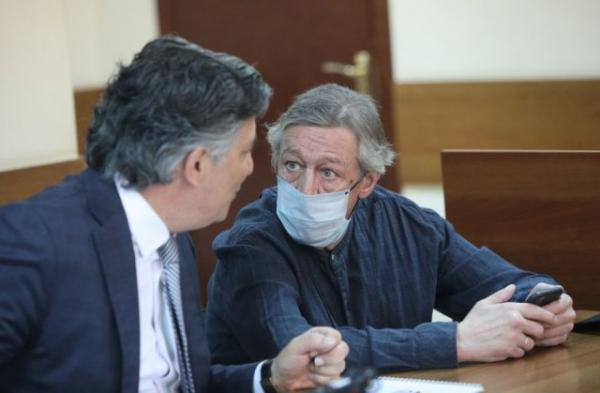 Виноваты хакеры или энергетические дыры. Адвокат Михаила Ефремова объясняет смертельное ДТП — а людям смешно