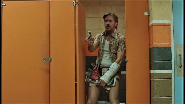 Реддитор зашёл в туалет для инвалидов и воплотил свой страх. Подсматривать в щель под дверью было ошибкой