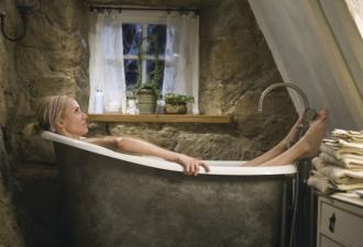 Сливное отверстие в ванной тоже делает больно. Нужно лишь передвинуть его на 2 см, как дизайнер из Индии