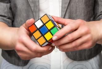 Дальтоник похвастал собранным кубиком Рубика и объединил людей. Никто не хочет быть тем, кто скажет ему правду