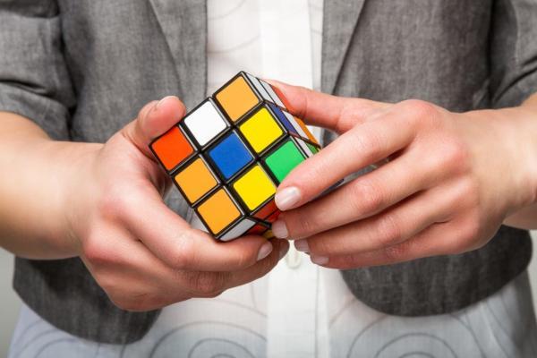 Дальтоник показал собранный rубик Рубика и объединил людей. Никто не хочет быть вестником плохих новостей