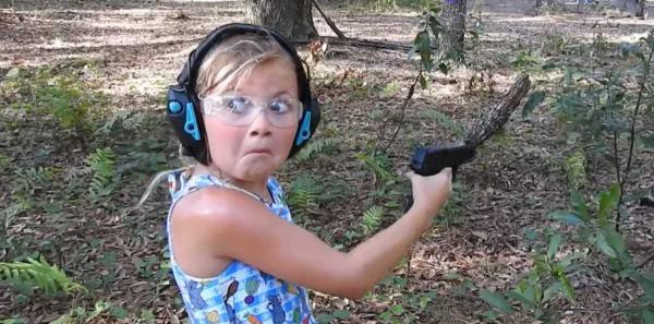 """""""Будущий массовый стрелок"""". Малышка показала класс в стрельбе с двух рук, но у людей вопросы к её родителям"""