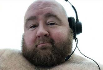 Мужчина набрал 130 кг, и его животу позавидует Кунг-фу панда. Жалеть парню не о чем, ведь есть - его работа