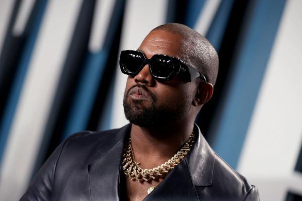 Канье Уэст сделал очки Yeezy и влепил моде новую пощёчину. Фэшн будущего уже здесь, но Йе в нём посмешище