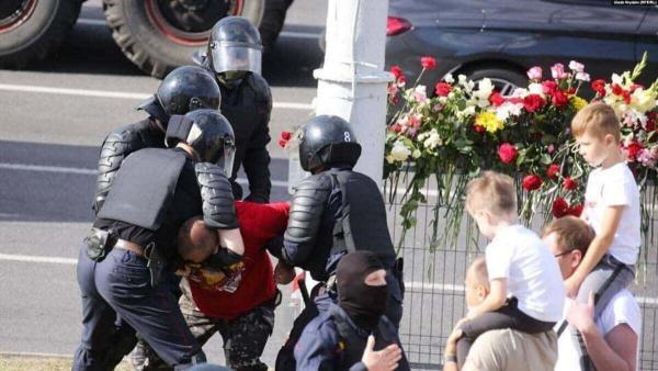 Мужчина из Беларуси подарил силовику цветы, и получил ответку – задержание. Но попал в мемы (дело в футболке)