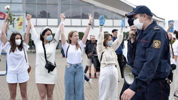 Белоруски вышли на мирный митинг против насилия и власти. Но реакция мужчин в Сети уничтожила идею