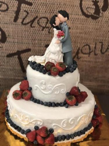 Люди увидели свадебный торт и расстроились. Праздничный настрой испортила фигурка невесты (и то, что в руках)