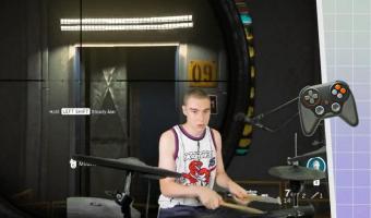Геймер играет в Call of Duty на барабанах вместо клавиатуры. Чтобы раздать мегахэдшот, надо сделать ба-дум-тсс