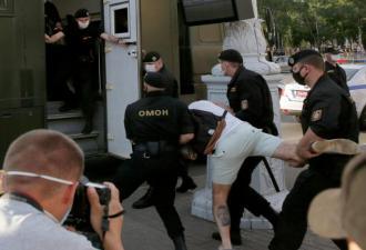 Мужчина из Беларуси рассказал, что происходит в изоляторе после задержания. И это боль даже через экран