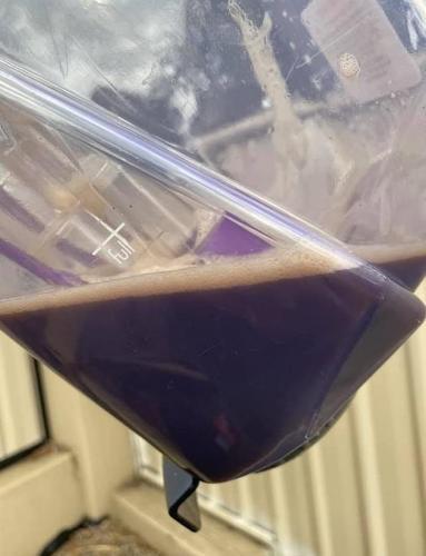 Женщина нашла лёгкий способ добыть пылесосом нефть. Именно на неё похоже содержимое чистых с виду автокресел