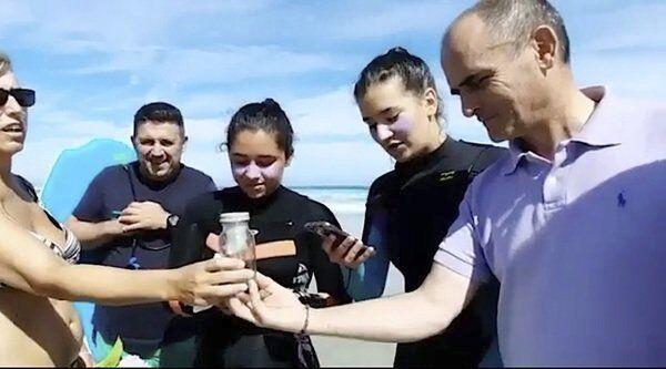 Супруги нашли на пляже бутылку, но записка в ней была не главной. Внутри их ждал мужчина с другого континента