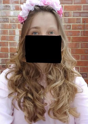 Голова девушки выглядит так, будто её разделили на инь и ян. Она сама себе половинка, но развидеть не хочется