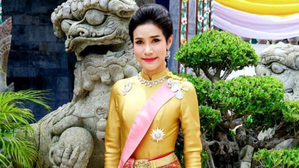 Медсестра чуть не заняла престол Таиланда, но попала в тюрьму. Арестантку спас король, но ей не позавидуешь