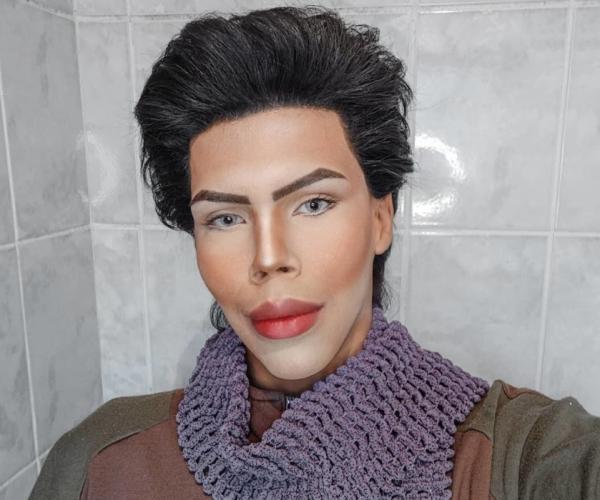Брат смотрел, как сёстры играют в куклы, и психанул. Теперь он сам - Кен, но люди (упс) считают его монстром