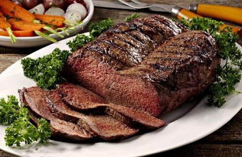 Атлетка поспорила с бойфрендом, что съест 3 кг мяса, и пожалела. Спор она выиграла, но от реакции парня больно