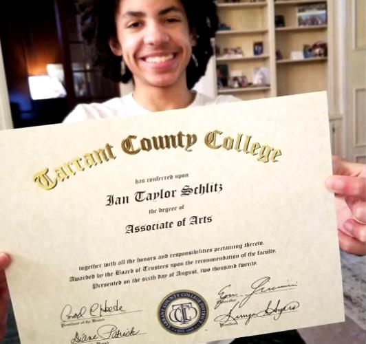 Мальчик в 14 лет окончил колледж, но родители не видят в этом ничего особенного.
