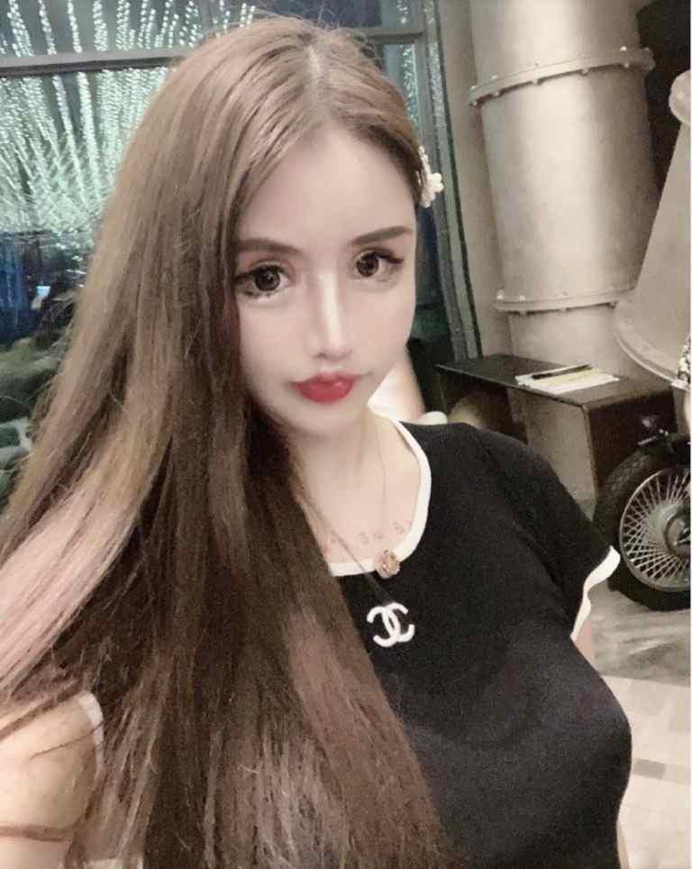 Девочка перенесла 100 пластических операций и превратила себя в куклу. Но её прототипом, похоже, была Аннабель