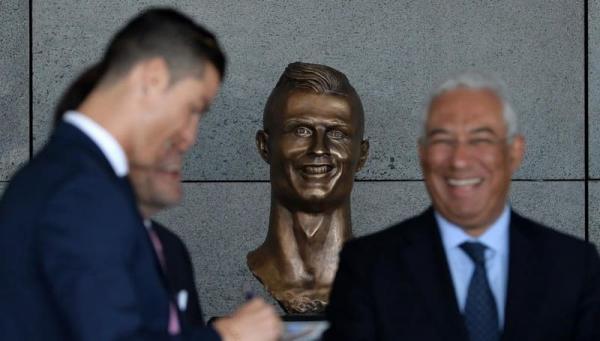 Люди вспомнили неудачную статую Роналду и сделали её мемом. Скульптура старая, но шутки свежи и бьют в цель