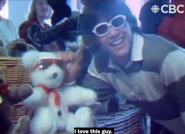 Телеканал показал репортаж юного Киану Ривза о мишках Тедди. Теперь фаны знают: актёр был Потрясающим уже в 20