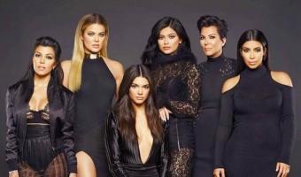 Ким Кардашьян показала на фото, какими её сёстры были до пластики. «Кто эти люди?» — самый популярный коммент