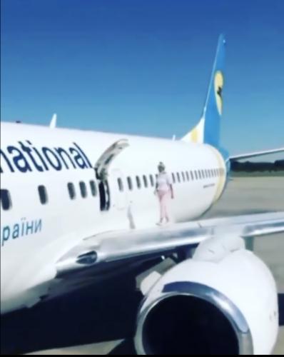 Пассажирке стало жарко в самолёте, но она реа проблему. Одно движение - и дискомфорт исчез, но пилоты в панике