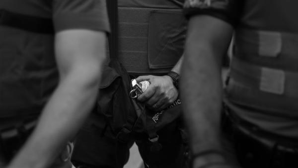 Иностранцы увидели, как белорусская милиция обезвреживает гранату. Спойлер: брутально, но разгадку видео нашли