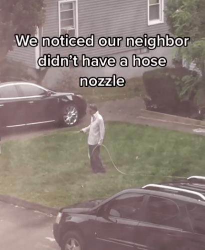 Люди заметили, что сосед поливает газон вручную и устроили ему сюрприз. Но реакция мужчины - фейл 99 лвл