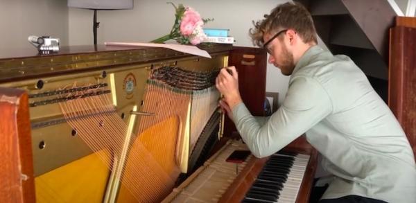 Музыканта невозможно слушать с закрытыми глазами. Люди просто не могут понять, на каком инструменте он играет