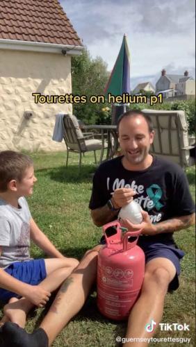 Тиктокер с синдромом Туретта кричит на прохожих и кидает еду в детей. Его сыновьям весело, а люди не обижаются