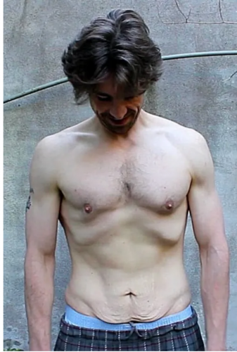 Что произойдет с телом, если ежедневно делать 100 отжиманий? Блогер показал на своем примере и подарил надежду