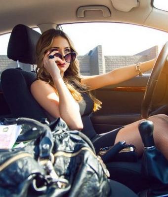 Блогер спросил женщину в роскошном авто, как она зарабатывает. Теперь водительница — звезда и повод для споров