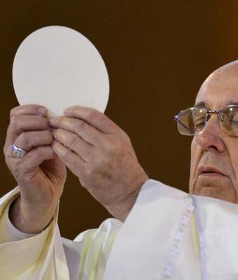 Папа римский взял в руки хлеб и стал мемом. Но этот абсурдный тренд смешит всех, кроме католиков