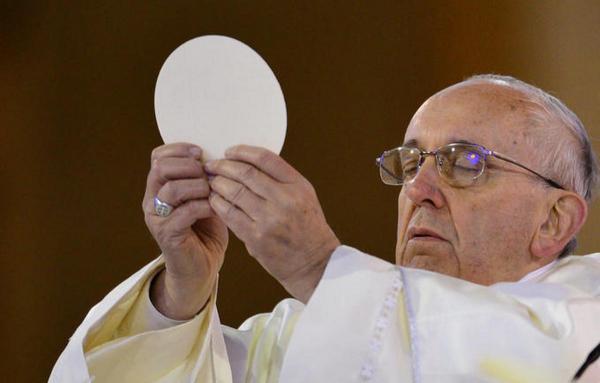 Папа Римский взял церковный хлеб и попал в небожеский мем. У верующих к тренду есть претензии