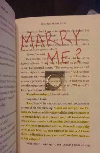 Девушка увидела в книге предложение выйти замуж, и она в бешенстве. Но для многих такой вандализм - романтика