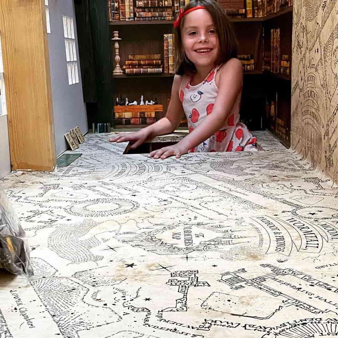 Девочка залезла в шкаф и нашла портал, но не в Нарнию, а на Косую Аллею. Никакой магии, просто папа молодец