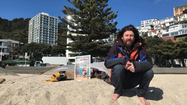 Мужчина захватил общественный пляж, и власти ничего не могут поделать.